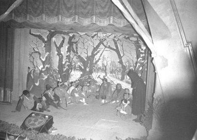 Els pastorets al Metropol a la temporada 51-52. Observi's que la conxa de l'apuntador està coberta amb l'escut del Col•legi La Salle, llavors anomenat Col•legi del Sagrat Cor:.