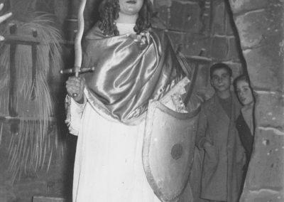 Mª Lourdes Aleu com a Sant Miquel.