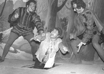 Els Dimonis Josep Mª Plana i Salvador Fa amb Josep Mª Fort, Lluquet, baixant per l'escotilló cap a l'infern.