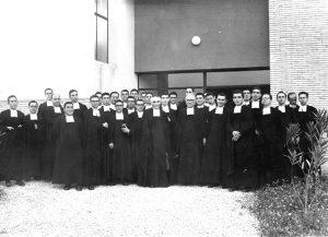 Germans a l'entrada del Col·legi La Salle Torreforta