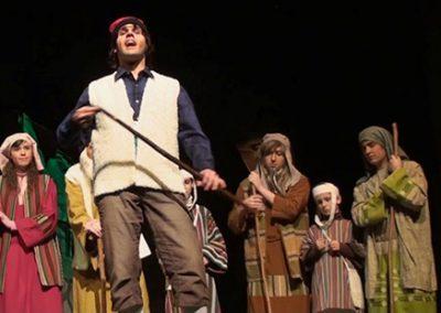 Marc Baches, el darrer Rovelló, cantant els cuplets. El contemplen Irene Banús, Lluís Lillo, Guillem Rota i Xavier Castan.